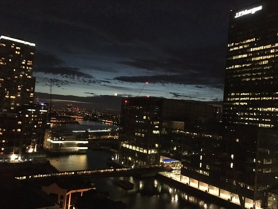 Hilton London Canary Wharf: Beautiful view of financial district and the Thames in the distance