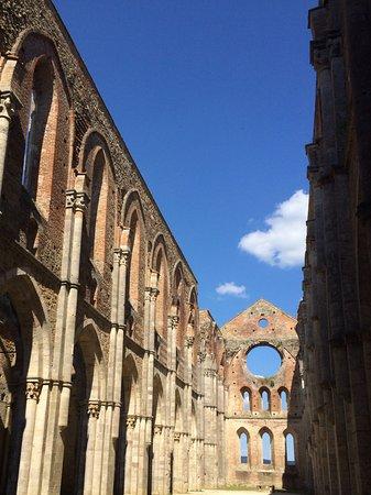 Chiusdino, Italia: Eine Kirche für schönes Wetter