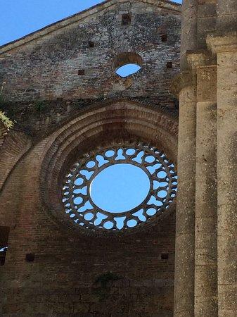 Chiusdino, Italia: Maßwerk