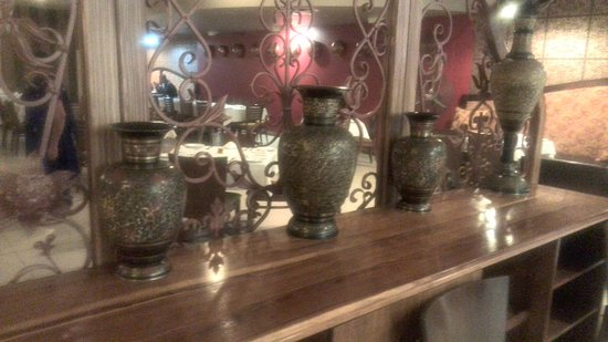 Bombay Lounge : Nice pots on display as you enter