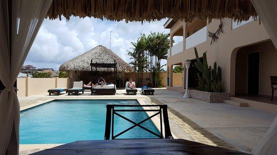 Amalia Boutique Hotel & Vacation Apartments: Het Zwembad met op de achtergrond de ligbedden en de bar. Rechts de appartementen