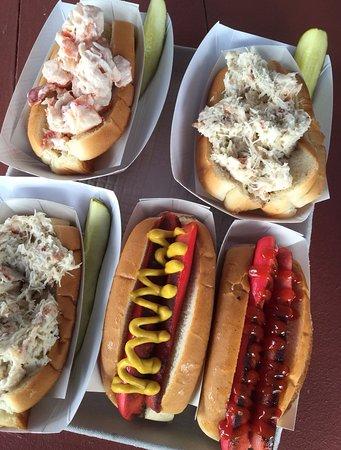 Γιάρμουθ, Μέιν: Lobster & Crab Rolls with Maine Hot Dogs! YUM!