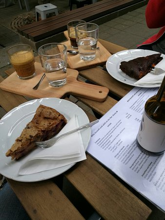 Veganer Kuchen Und Espresso Machiato Mit Sojamilch Im Da Bild Von