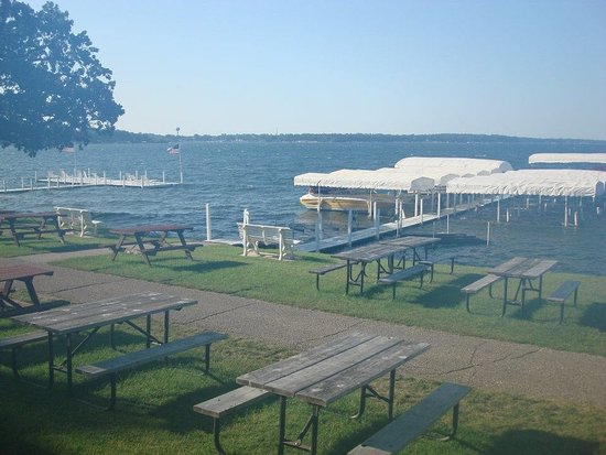 Inn at Okoboji : Picnic tables in front of the lakeside rooms