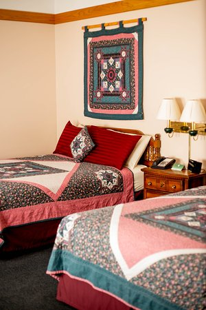 Tomah, WI: Double Queen Bed