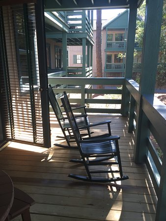 Disney's Hilton Head Island Resort: Deck off of the room. Also had table and chairs.