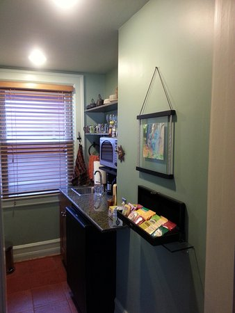 Elmwood Village Inn: Honu House: small kitchenette upstairs (perfect for tea in evening)!!