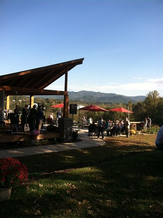 Farm to Fork Eatery : Beautiful views...great wine