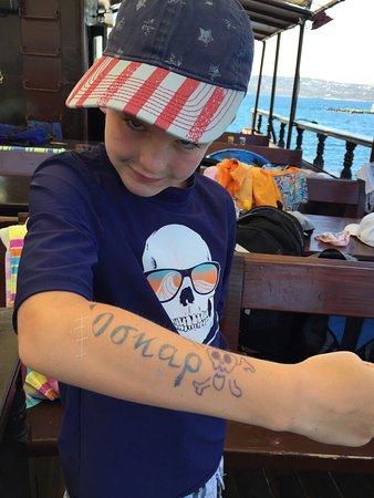 Souda, Griekenland: Tatovering med navnet på gresk