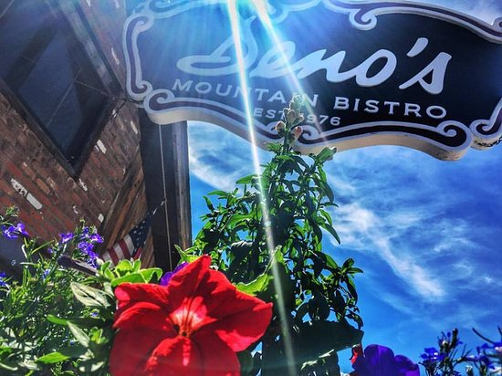 ‪‪Winter Park‬, ‪Colorado‬: The Deno's patio is surrounded by flowers all Summer long!‬