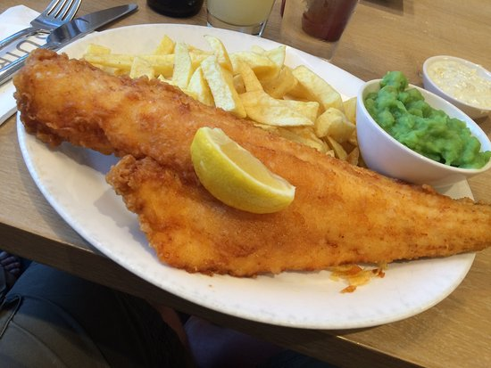 Braunton, UK: Haddock, chips, mushy peas and tartar sauce