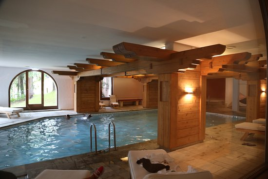 Hotel Rosatsch: Pool with comfy chairs