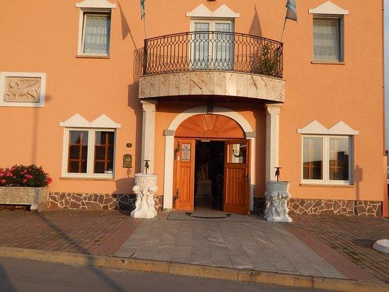 Lendava, Słowenia: Bella Venezia, main entrance