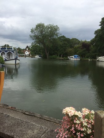 Streatley on Thames, UK: Looking across the Thames from outside restaurant seating.