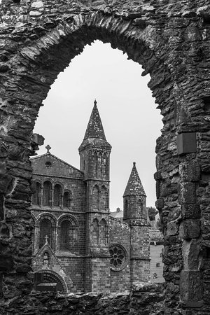 St. Davids, UK: Through the arched window is ......the cathedral