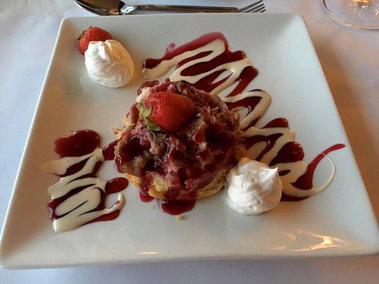 Bonaventure, Canada: dessert fraise rhubarbe