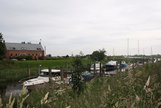 Spalding, UK: Looking across to the Ship Inn from the other side of the river bank