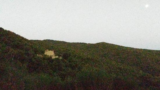 Parrano, Włochy: Panoramica della valle con eremo sulla sommità