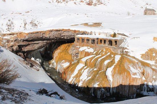 Las Cuevas, Argentina: Vista del viejo hotel, ahora en invierno