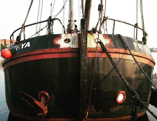 Hafenrundfahrt Emden: إحدى السفن في المدينة
