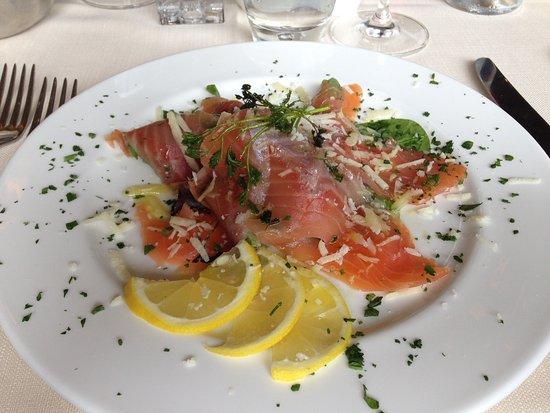 Abetone, Italia: Salmone su letto di insalatina