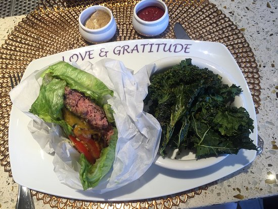 Thousand Oaks, Californien: Lettuce-wrapped burger includes kale chips