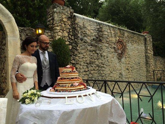 Aielli, Italien: il taglio della torta in giardino