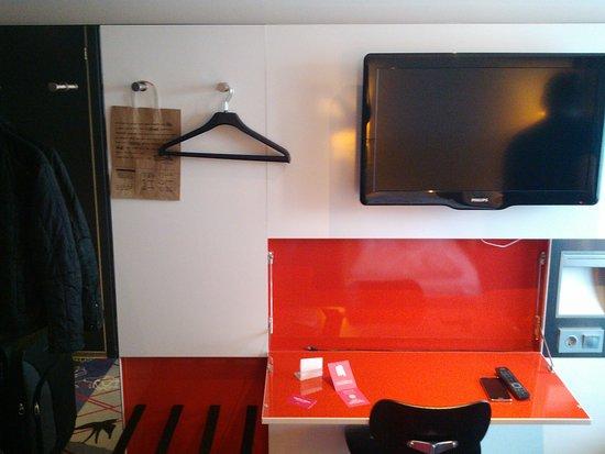 Comfort Hotel Xpress Youngstorget: escritorio y perchero