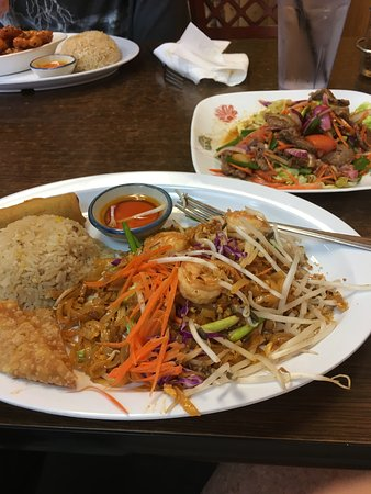 Gardena, Καλιφόρνια: Pad Thai and beef salad