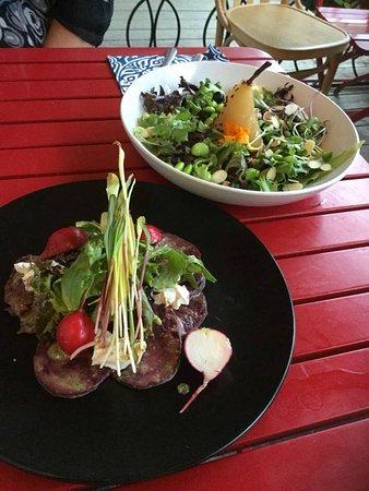 Beloeil, Canadá: Carpaccio de betteraves et salade de poire pochée: 2 entrées délectables!