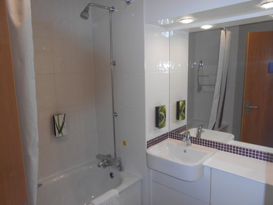 Premier Inn Chester Central (South East) Hotel: – BATHROOM
