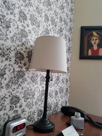 Cedarburg, Ουισκόνσιν: night stand & unique wall paper design