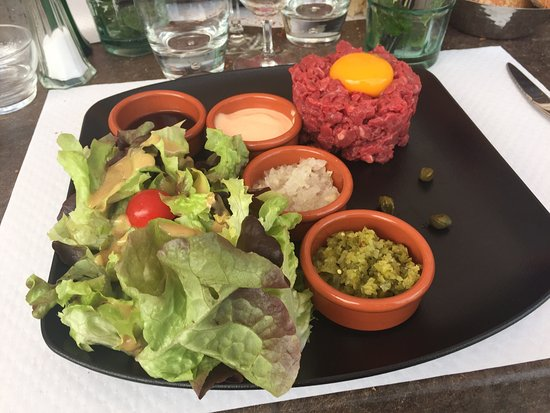Saint-Alban-de-Montbel, Fransa: Steak tartare coupé au couteau (excellent)!