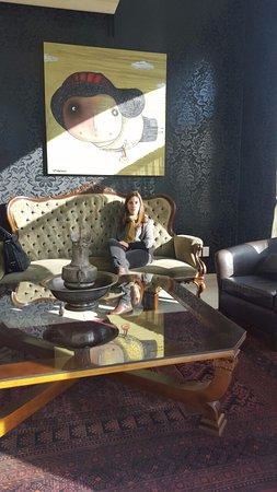 Trinidad, Ουρουγουάη: Mesa central y sillón principal del salón de estar