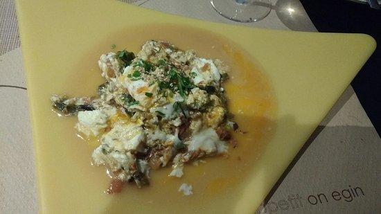 Cariño, Spanien: Empanada de merluza, revuelto de algas y erizo, vieira gratinada y sales volcánica, de curry y f