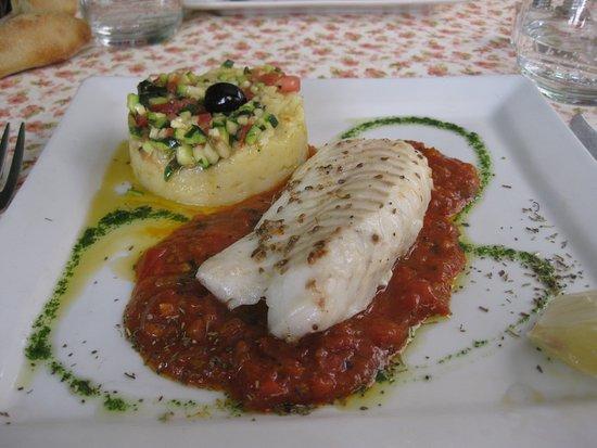 La Farigoule Restaurant-Hotel: Mooi opgemaakt en uitstekend smakend stukje kabeljauw op een mediterrane saus met aardappelpuree