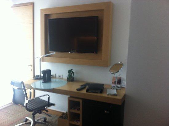 Sonesta Hotel Bogota: Las habitaciones cuentan con escritorio, frigobar, cafetera, tabla y plancha además de tv plana