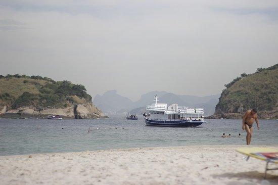Barco com banhistas visitando a praia de Piratininga