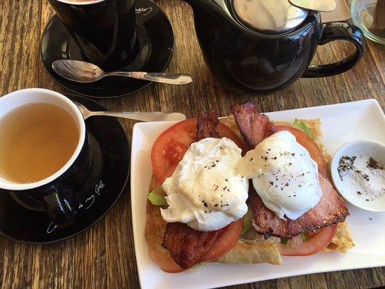 Broken Hill, Australia: Bacon, eggs, avocado, tomato and an English breakfast eat.
