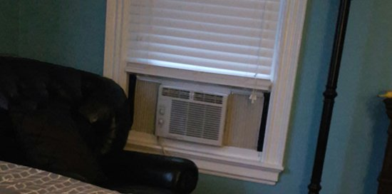 The Chadwick Bed & Breakfast: Window AC unit