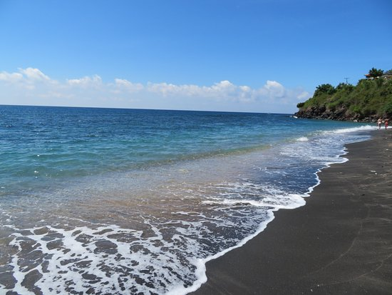 Bayu Cottages Hotel and Restaurant: Amed beach, 1 minute walk from Bayu Cottages.