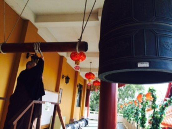 Wollongong, Αυστραλία: Monks ringing bells