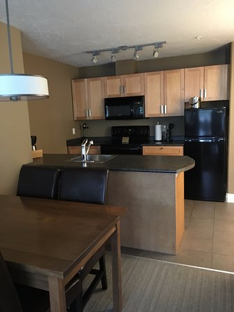 Courtenay, Canada: Kitchen and dining area