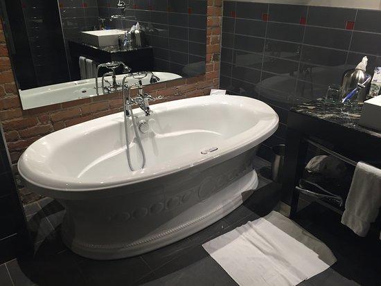 Le Place d'Armes Hotel & Suites: Banheira separada do chuveiro