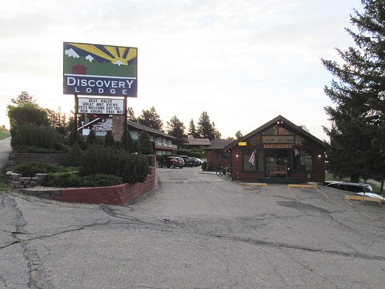 Discovery Lodge: The property as you pull in the parking lot