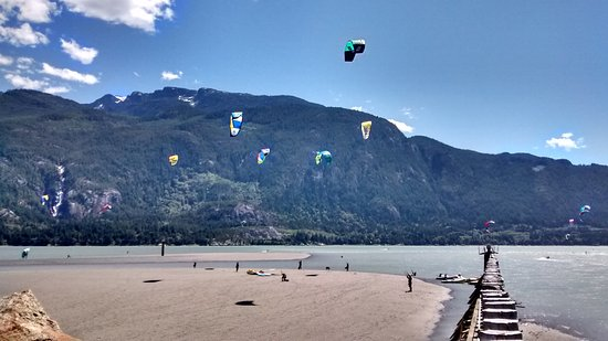 Squamish, Canada : Kites flying off the spit at low tide. Lessons go from boats further out, away from the main act