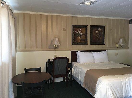 Amherst, VA: One Queen Bed