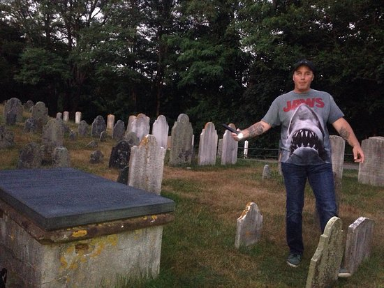 Barnstable, MA: Engaging storyteller Derek brings history to life and had us fully immersed.  Picture of his gho