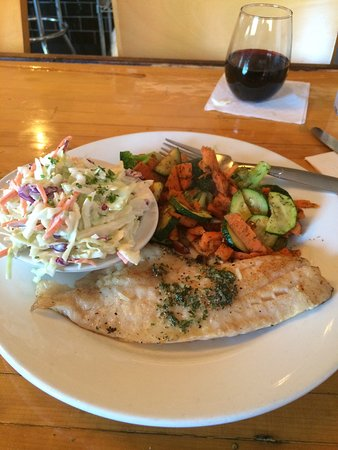 Salem, Орегон: Grilled fish and house red wine