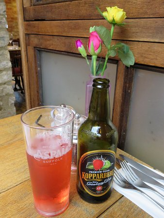 Wellingborough, UK: Lovely table decor and great cider at The Duke (22/Jul/16).